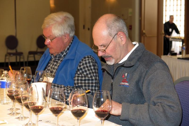 Jan Klapetzky a Jeffery Stabins, viceprezident Východého krídla American Wine Society, pri hodnotení