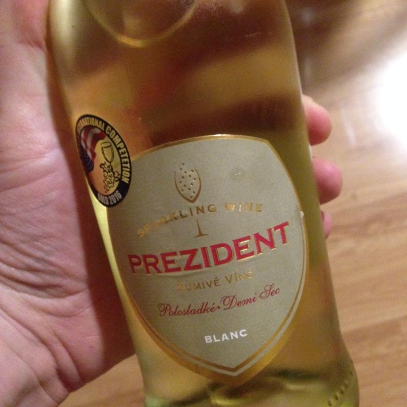 prezident_polosladke_sumive_vino_vino_topolcianky